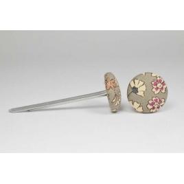 Bouton à languettes recouvert de tissu Liberty Frou Frou de couleur pierre