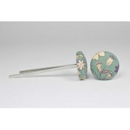 Bouton à languettes recouvert de tissu Liberty Frou Frou de couleur eucalyptus